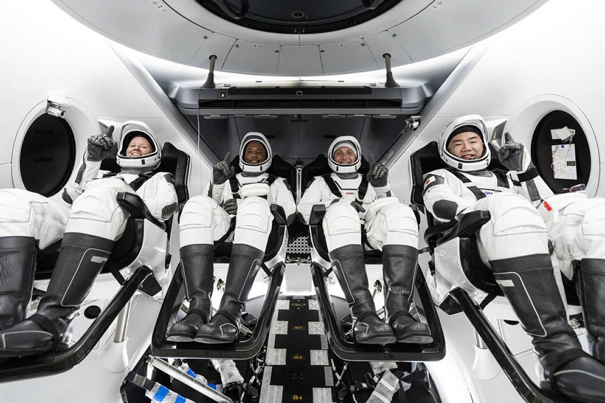 NASA-ini astronauti Shannon Walker, Victor Glover i Mike Hopkins, te astronaut Soichi Noguchi iz Japanske agencije za svemirsko istraživanje - koji čine posadu NASA-ine misije Crew-1 - unutar SpaceX-ove letjelice Crew Dragon.